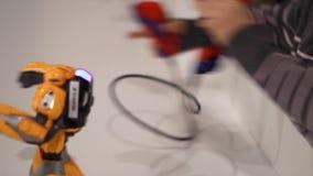 Μακρινό ρομπότ ελέγχου χεριών αγοριών Μακρινός ελεγκτής στα χέρια παιδιών φιλμ μικρού μήκους