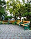 Μακριοί πάγκοι στους φραγμούς τσιμέντου στον κήπο στοκ εικόνες με δικαίωμα ελεύθερης χρήσης