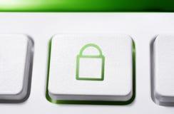 Μακροεντολή ενός άσπρου κουμπιού με το πράσινο κλειστό εικονίδιο κλειδαριών ασφάλειας Στοκ Φωτογραφία