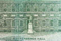 Μακροεντολή της αίθουσας ανεξαρτησίας στο λογαριασμό εκατό δολαρίων στοκ φωτογραφία με δικαίωμα ελεύθερης χρήσης