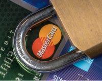 Μακροεντολή των πιστωτικών καρτών με το λουκέτο με την εστίαση Mastercard στοκ εικόνες