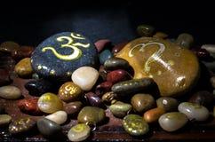 Μακροεντολή των χρωματισμένων πετρών με το σύμβολο του OM Στοκ φωτογραφία με δικαίωμα ελεύθερης χρήσης