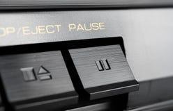 Μακροεντολή ενός ορθογώνιου κουμπιού μικρής διακοπής ενός παλαιού υψηλής πιστότητας στερεοφωνικού ακουστικού συστήματος Στοκ φωτογραφίες με δικαίωμα ελεύθερης χρήσης