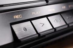Μακροεντολή ενός ορθογώνιου κουμπιού παιχνιδιού ενός παλαιού υψηλής πιστότητας στερεοφωνικού ακουστικού συστήματος Στοκ Φωτογραφία