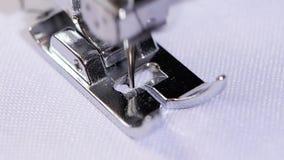 Μακροεντολή Η ράβοντας βελόνα κάνει τη λογαριασμένη ραφή κίνηση αργή φιλμ μικρού μήκους