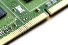 Μακροεντολή μιας πόρπης μαλλιών μνήμης κριού υπολογιστών ως υπόβαθρο γωνιών επάνω Στοκ φωτογραφία με δικαίωμα ελεύθερης χρήσης