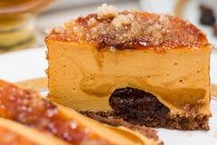 Μακροεντολή του κέικ καραμέλας με την κρέμα σοκολάτας και την καραμελοποιημένη ζάχαρη Στοκ φωτογραφίες με δικαίωμα ελεύθερης χρήσης