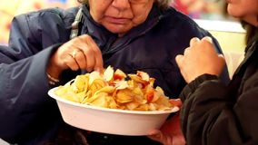 Μακροεντολή των ανθρώπων που τρώνε τα τηγανητά και που έχουν τη διασκέδαση απόθεμα βίντεο