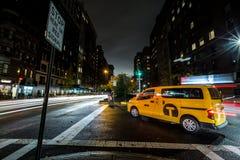 Μακροχρόνια έκθεση αμαξιών πόλεων NYC της Νέας Υόρκης τη νύχτα με τα ελαφριά ίχνη που πυροβολούνται με τον ευρύ φακό γωνίας Στοκ φωτογραφία με δικαίωμα ελεύθερης χρήσης
