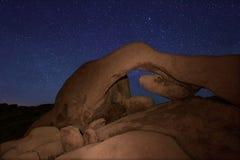 Μακροχρόνια έκθεση αστεριών πέρα από το εθνικό πάρκο δέντρων του Joshua Στοκ Φωτογραφίες