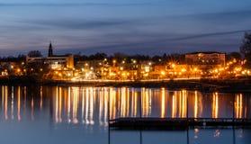 Μακροχρόνια έκθεση ηλιοβασιλέματος πέρα από την πόλη του Buffalo και του Buffalo λιμνών σε Μινεσότα ΗΠΑ Στοκ Εικόνες