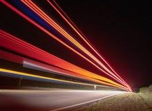 μακροχρόνια έκθεση σε ένα αυτοκίνητο που πέρασε μέσω της διαδρομής στοκ φωτογραφίες