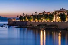 Μακροχρόνια έκθεση σε Alghero στην μπλε ώρα στοκ εικόνες