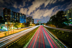 Μακροχρόνια έκθεση της κυκλοφορίας στη λεωφόρο του Άρλινγκτον τη νύχτα, σε Arl στοκ εικόνες