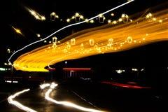 Μακροχρόνια έκθεση της κυκλοφορίας στο κέντρο της πόλης Στοκ Φωτογραφίες