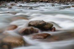 Μακροχρόνια έκθεση των ορμητικά σημείων ποταμού κατά μήκος του ποταμού Rize, Τουρκία στοκ φωτογραφία