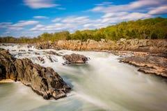 Μακροχρόνια έκθεση των ορμητικά σημείων ποταμού στο Potomac ποταμό στο μεγάλο πάρκο πτώσεων Στοκ Εικόνες