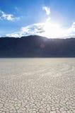 Μακροχρόνια ίχνη κίνησης των πετρών στην παλαιά ξηρά λίμνη ι Playa πιστών αγώνων Στοκ Εικόνες