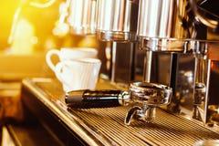 μακροχρόνια διαδικασία προετοιμασιών φωτογραφιών μηχανών έκθεσης espresso καφέ μηχανή καφέ που προετοιμάζει το φρέσκο καφέ στοκ φωτογραφία