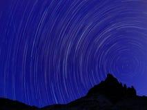 Μακροχρόνια εικόνα έκθεσης που παρουσιάζει ίχνη αστεριών νυχτερινού ουρανού Στοκ Εικόνα