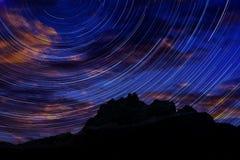 Μακροχρόνια εικόνα έκθεσης που παρουσιάζει ίχνη αστεριών νυχτερινού ουρανού Στοκ εικόνες με δικαίωμα ελεύθερης χρήσης