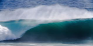 Μακροχρόνια εικόνα έκθεσης του μπλε ωκεάνιου μεγάλου κύματος των Mavericks, Καλιφόρνια Στοκ Εικόνες