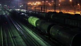 Μακροχρόνια κίνηση φορτηγών τρένων στο σιδηρόδρομο στη χειμερινή νύχτα απόθεμα βίντεο