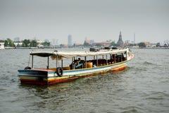 Μακροχρόνια κρουαζιέρα βαρκών μηχανών ουρών στον ποταμό Chaopraya Στοκ Εικόνες