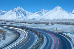 Μακροχρόνια κυρτή εθνική οδός και άποψη στα βουνά το πρωί Στοκ εικόνα με δικαίωμα ελεύθερης χρήσης