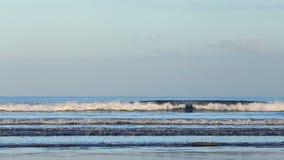 Μακροχρόνια μπλε κύματα θάλασσας στο φως πρωινού απόθεμα βίντεο