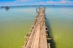 Μακροχρόνια παλαιά ξύλινα τεντώματα αποβαθρών στη ρηχή θάλασσα Στοκ εικόνα με δικαίωμα ελεύθερης χρήσης