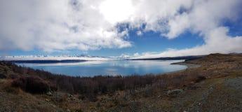 Μακροχρόνιες απόψεις πέρα από την μπλε λίμνη Στοκ φωτογραφία με δικαίωμα ελεύθερης χρήσης