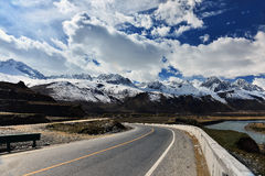 Μακροχρόνιος τρόπος του Θιβέτ μπροστά με το υψηλό βουνό στο μέτωπο Στοκ εικόνα με δικαίωμα ελεύθερης χρήσης