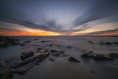 Μακροχρόνιο ηλιοβασίλεμα έκθεσης πέρα από μια δύσκολη ακτή στο Σαν Ντιέγκο Στοκ Εικόνα