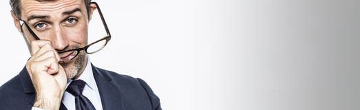Μακροχρόνιο διάστημα αντιγράφων για το μέσο ηλικίας επιχειρηματία που βάζει eyeglasses δ Στοκ Φωτογραφίες