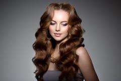 μακροχρόνιο μοντέλο τριχώμ Μπούκλες Hairstyle κυμάτων Γυναίκα ομορφιάς με τη μακριά υγιή και λαμπρή ομαλή μαύρη τρίχα Updo φ Στοκ Εικόνα