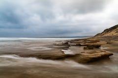 Μακροχρόνιο seascape έκθεσης του ωκεανού και των βράχων με το δραματικό νεφελώδη ουρανό, Anglesea, Βικτώρια, Αυστραλία Στοκ εικόνα με δικαίωμα ελεύθερης χρήσης