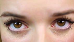 Μακρο άποψη ματιών, συναισθηματικό θηλυκό που έχει τα προβλήματα Θλίψη και κατάθλιψη απόθεμα βίντεο