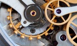 Μακρο άποψη μετάδοσης ρολογιών Ο μηχανισμός χρονομέτρων χρονομέτρων με διακόπτη η έννοια σύνδεσης ροδών εργαλείων Ρηχό βάθος Στοκ Φωτογραφίες