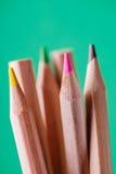 Μακρο άποψη των κραγιονιών χρωματισμένα μολύβια Χρωματισμένα μολύβια στην πράσινη ανασκόπηση Στοκ εικόνα με δικαίωμα ελεύθερης χρήσης