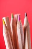 Μακρο άποψη των κραγιονιών χρωματισμένα μολύβια Χρωματισμένα μολύβια στο κόκκινο υπόβαθρο Στοκ εικόνες με δικαίωμα ελεύθερης χρήσης