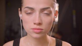 Μακρο βλαστός κινηματογραφήσεων σε πρώτο πλάνο του νέου ελκυστικού θηλυκού αθλητών στα vibes της και την εξέταση ευθύς τη κάμερα  απόθεμα βίντεο