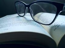μακρο γυαλιών βιβλίων στοκ φωτογραφία με δικαίωμα ελεύθερης χρήσης