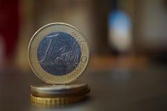 Μακρο λεπτομέρεια ενός ευρο- νομίσματος μετάλλων στη στήλη που δημιουργείται των νομισμάτων Στοκ Εικόνα