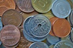 Μακρο λεπτομέρεια πέντε νορβηγικά κορωνών & x28 NOK& x29  στην κορυφή του σωρού φιαγμένου από πολλά διαφορετικά νομίσματα Στοκ φωτογραφία με δικαίωμα ελεύθερης χρήσης