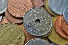 Μακρο λεπτομέρεια πέντε νορβηγικά κορωνών & x28 NOK& x29  στην κορυφή του σωρού φιαγμένου από πολλά διαφορετικά νομίσματα Στοκ εικόνες με δικαίωμα ελεύθερης χρήσης