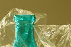 Μακρο κορυφή μπουκαλιών γυαλιού στη σαφή πλαστική τσάντα στοκ φωτογραφία με δικαίωμα ελεύθερης χρήσης