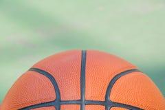 Μακρο μισό της καλαθοσφαίρισης στον τομέα καλαθοσφαίρισης για το υπόβαθρο στοκ φωτογραφία με δικαίωμα ελεύθερης χρήσης