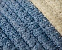 Μακρο μπλε και άσπρο υφαμένο καλάθι λεπτομέρειας στοκ εικόνα με δικαίωμα ελεύθερης χρήσης