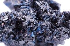 Μακρο ορυκτή πέτρα covellite στο άσπρο υπόβαθρο Στοκ Εικόνες
